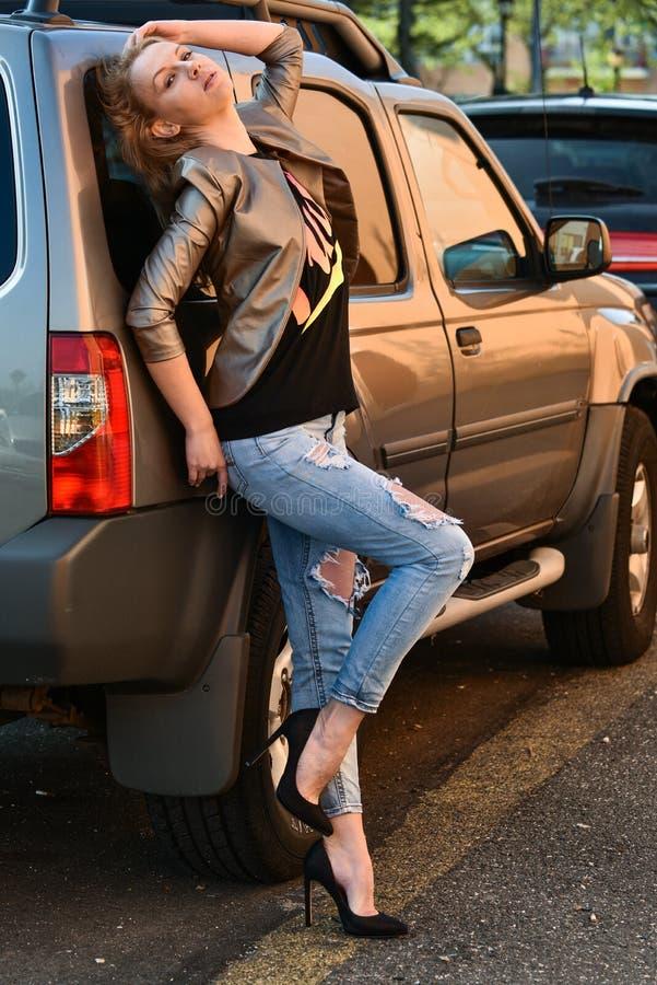 性感的魅力妇女时尚室外照片  免版税图库摄影