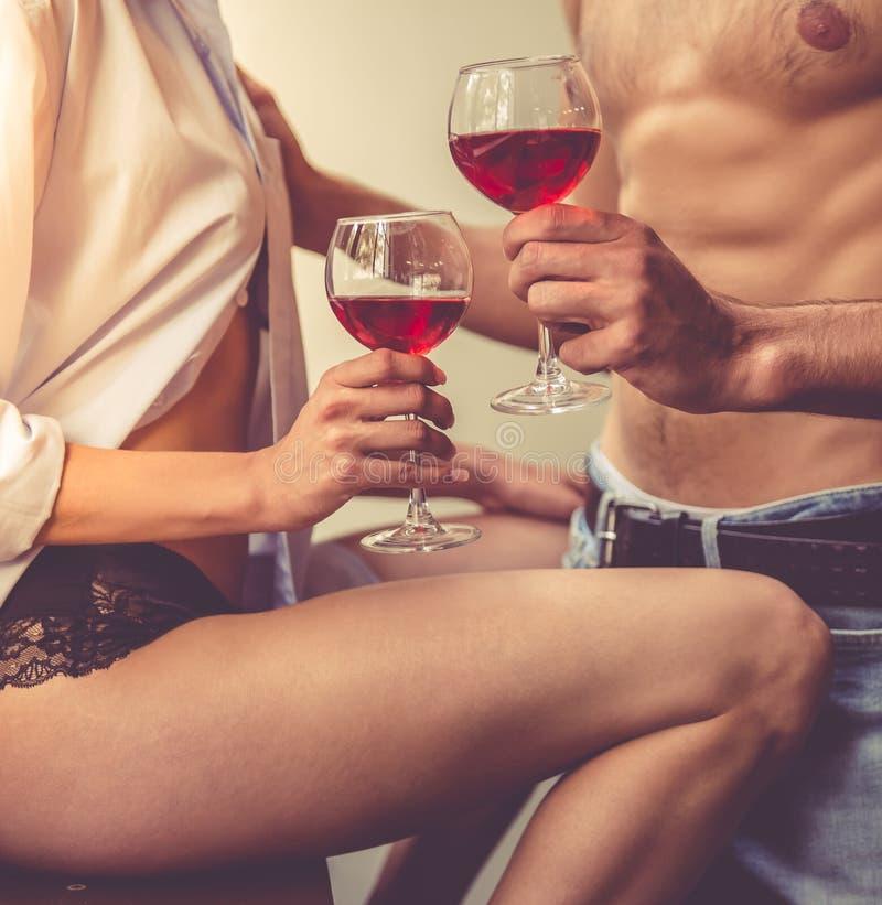 性感的年轻夫妇在厨房里 免版税库存照片