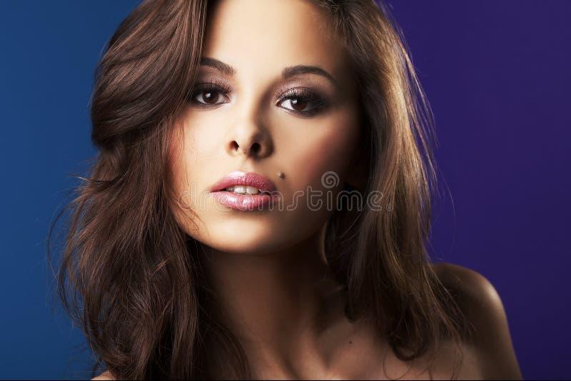 性感美丽的深色的女孩 免版税库存照片