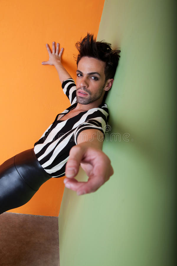 性感黑人的同性恋者佩带白色 库存图片