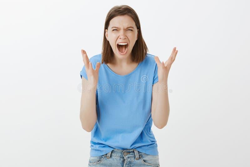 怨恨我您 愤怒的厌烦的欧洲妇女画象便衣的,做鬼脸从愤怒,震动棕榈和 免版税库存图片