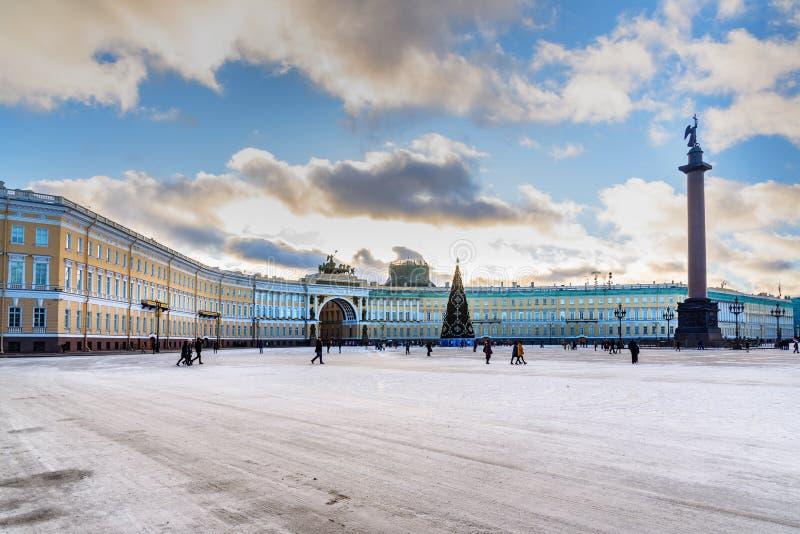 总参谋部大厦看法和宫殿在冬天摆正 桥梁okhtinsky彼得斯堡俄国圣徒 免版税库存照片