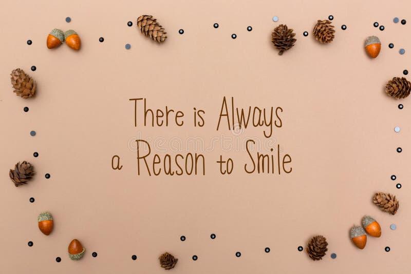 总是有原因微笑与秋天题材的消息 免版税库存照片