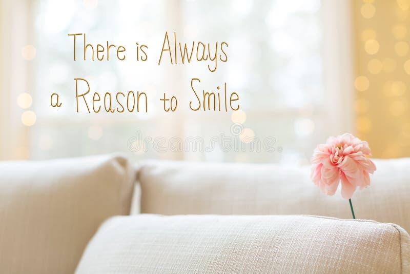 总是有原因微笑与花的消息在interio 库存照片