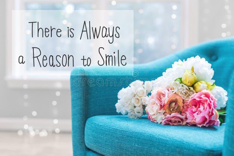 总是有原因微笑与花花束w的消息 免版税库存图片