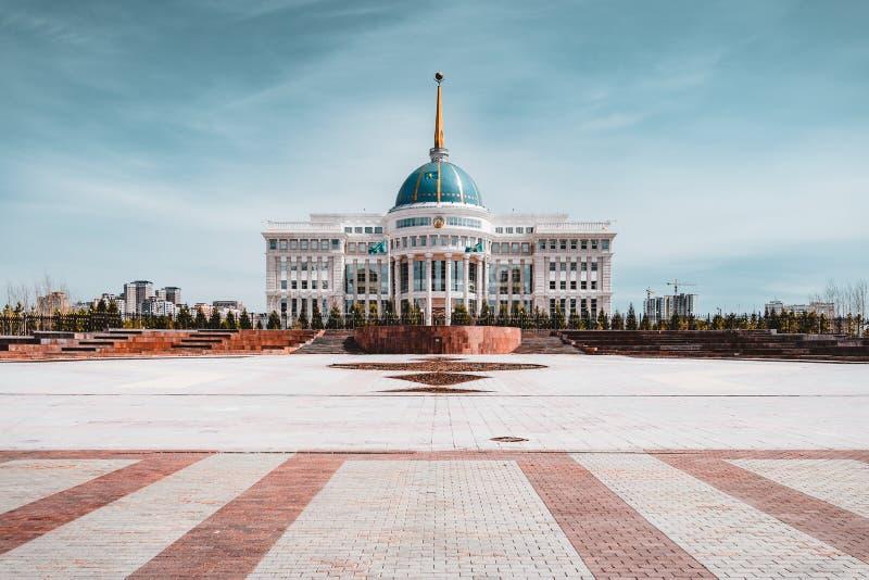 总统府`与蓝天的Ak-Orda `横跨河在阿斯塔纳,哈萨克斯坦 免版税库存图片