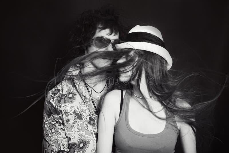 年轻恋人、男人和妇女双重演播室画象  库存图片