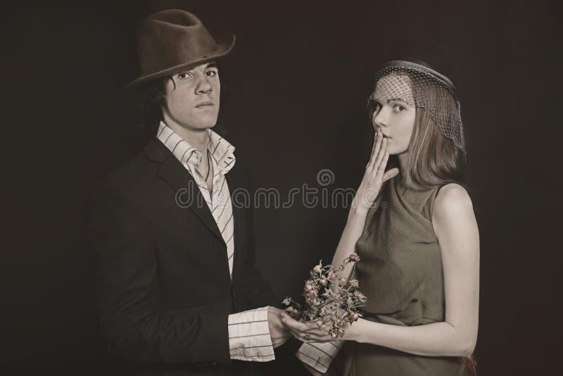 年轻恋人、男人和妇女双重演播室画象  免版税图库摄影