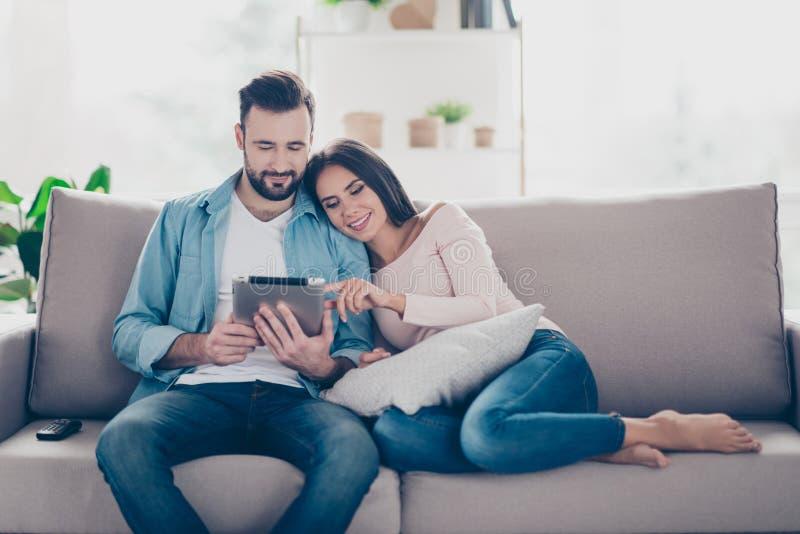 恋人喜悦的快乐的轻松的美好的逗人喜爱的夫妇是buyi 免版税库存照片