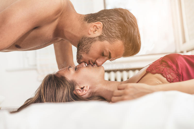 恋人在床上 免版税图库摄影