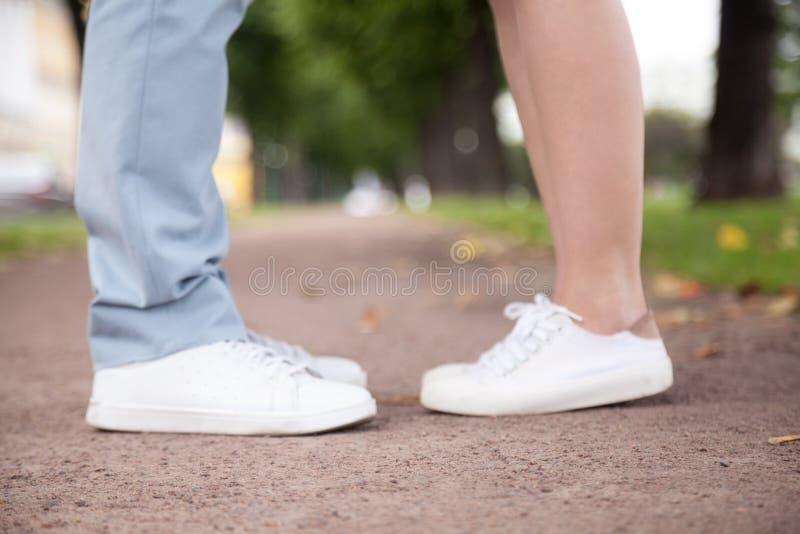 恋人在浪漫日期,关闭腿 免版税图库摄影