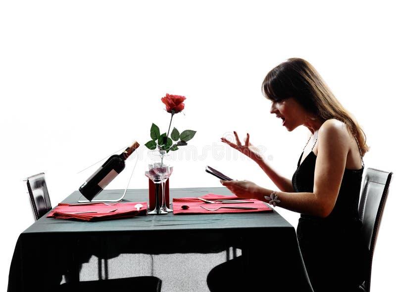 恋人妇女等待的晚餐剪影 免版税库存照片
