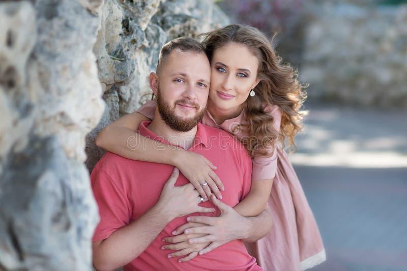 恋人年轻时尚夫妇在爱情小说开始-英俊的人耳语在俏丽的妇女耳朵的性感的亲吻- 库存图片