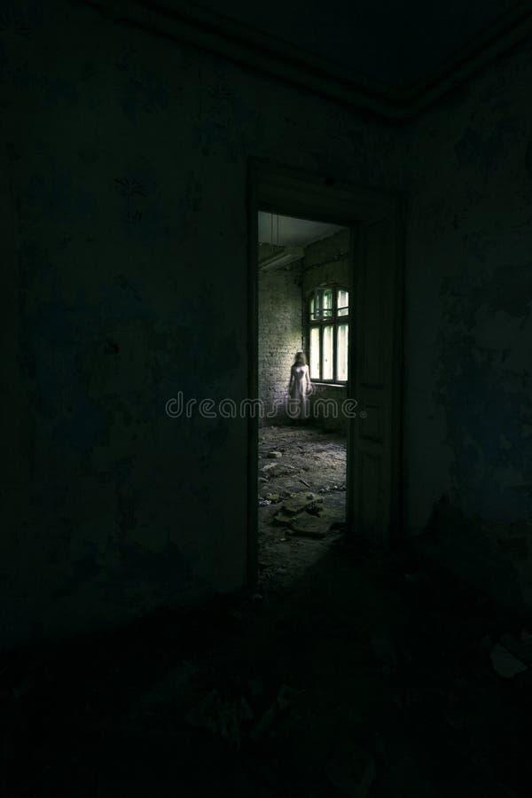 恐怖被放弃的大厦的鬼魂女孩 免版税库存照片