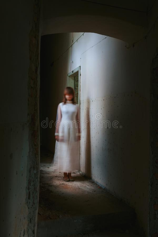 恐怖被放弃的大厦的鬼魂女孩 免版税图库摄影