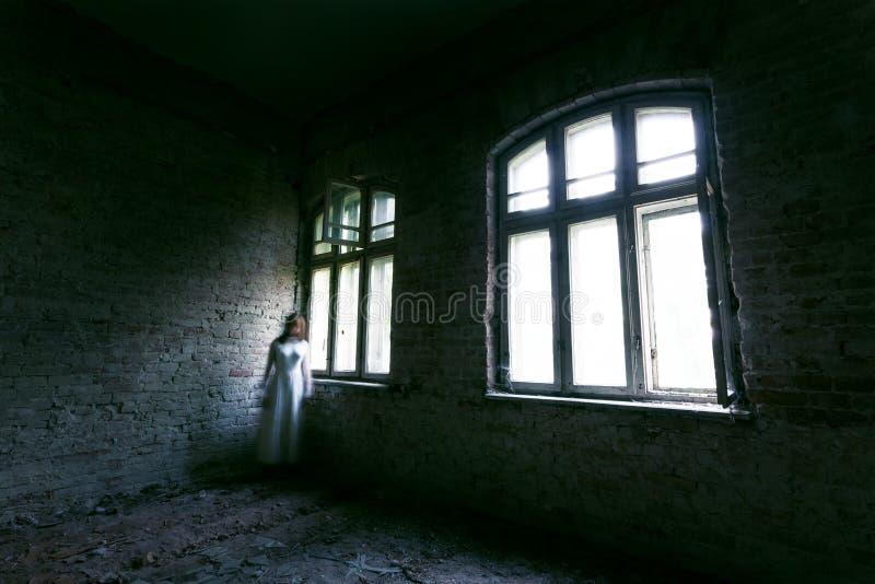 恐怖被放弃的大厦的鬼魂女孩 库存照片