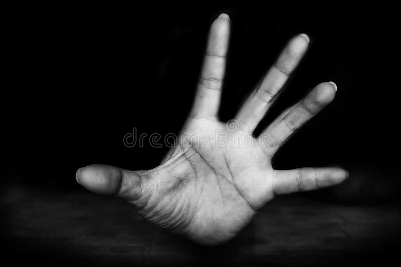 恐惧的妇女的手是在地面的恶习 库存照片