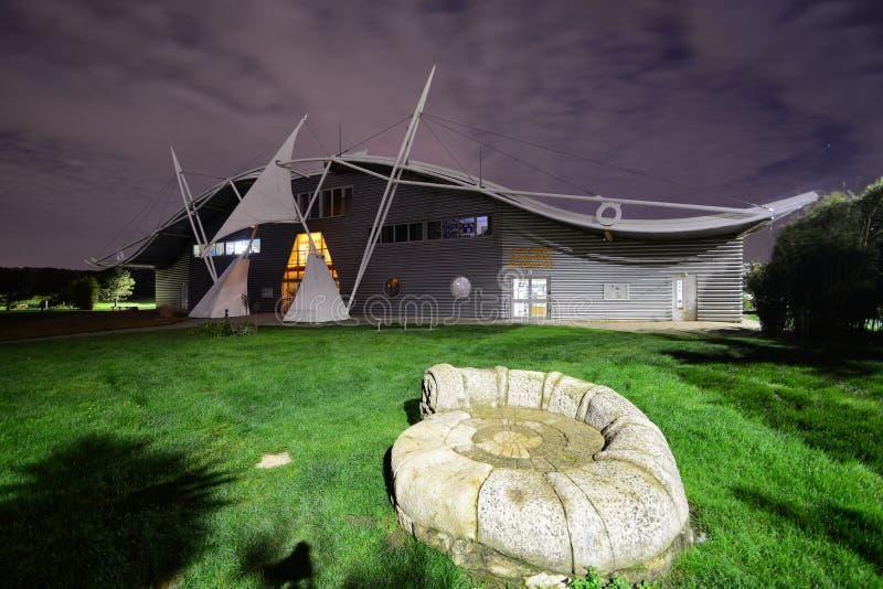 恐龙小岛博物馆在晚上 免版税库存图片