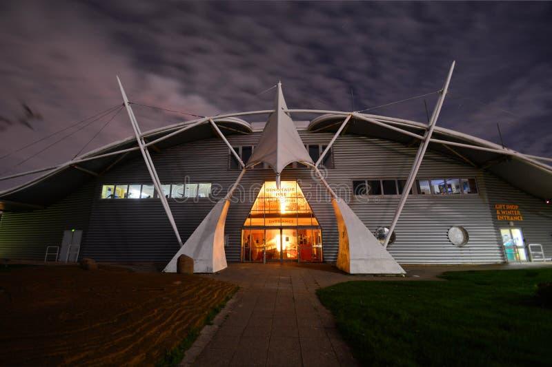 恐龙小岛博物馆,大门在晚上 库存照片