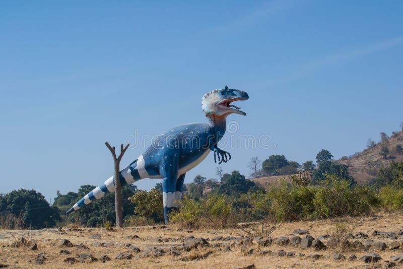 恐龙暴龙肖象或雕塑在森林里 免版税库存照片