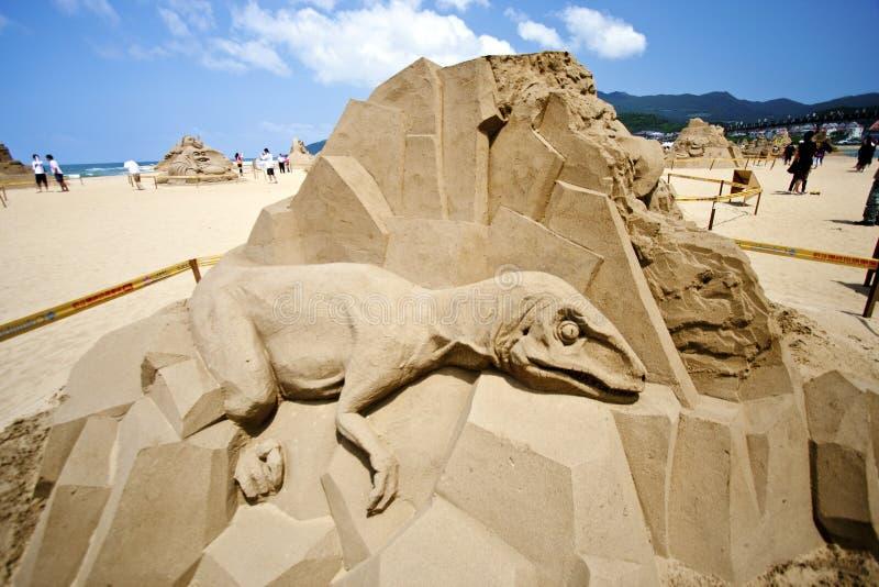 恐龙沙子雕塑 库存图片