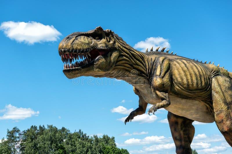 恐龙雕塑在AB公园自然公园在拉脱维亚 免版税图库摄影
