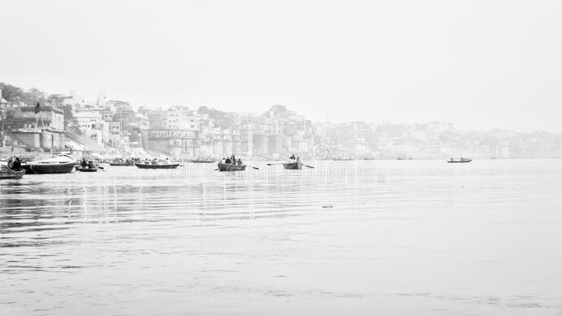 恒河通过雾在Benares -瓦腊纳西 库存图片