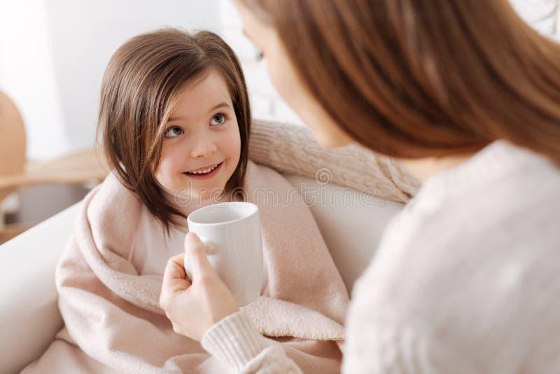 恢复从流感的快乐的小女孩 免版税库存照片