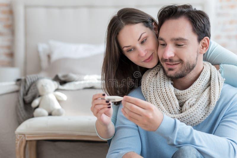 恢复从病症的好的快乐的夫妇 免版税库存照片