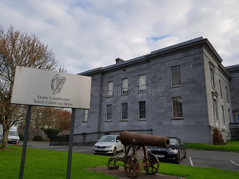 恩尼斯,爱尔兰- 2017年11月17日, :恩尼斯法院办公室、办公室&地图和爱尔兰的法院服务 库存照片
