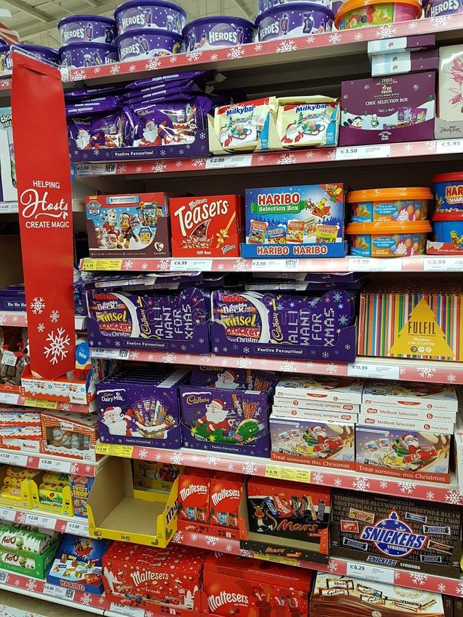 恩尼斯,爱尔兰- 2017年11月17日, :特易购商店在恩尼斯克莱尔郡,爱尔兰 各种各样的圣诞节巧克力,甜点的选择 免版税库存照片