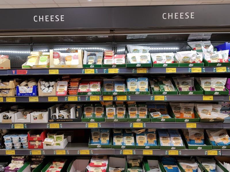 恩尼斯,爱尔兰- 2017年11月17日, :阿尔迪商店在恩尼斯克莱尔郡,爱尔兰 各种各样的爱尔兰乳酪的选择 图库摄影