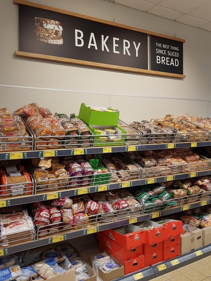恩尼斯,爱尔兰- 2017年11月17日, :阿尔迪商店在恩尼斯克莱尔郡,爱尔兰 各种各样的面包店产物的选择 库存照片