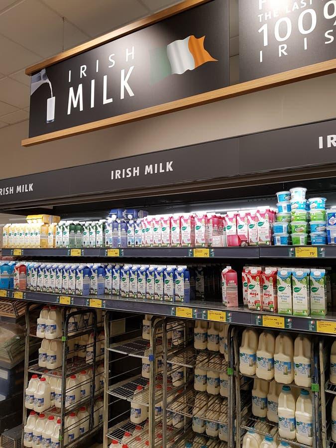 恩尼斯,爱尔兰- 2017年11月17日, :阿尔迪商店在恩尼斯克莱尔郡,爱尔兰 各种各样的爱尔兰牛奶的选择 图库摄影