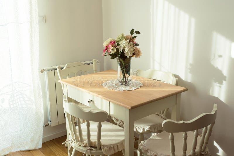 恰好装饰的客厅 饭桌和有些椅子 库存图片