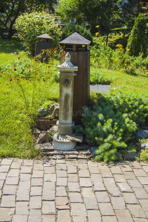 恰好装饰的庭院 免版税库存图片