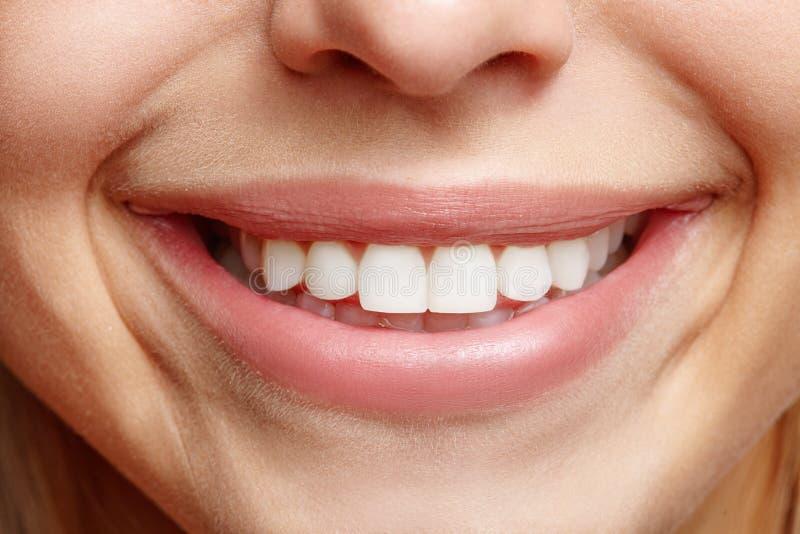 恳切的宽微笑女孩特写镜头 空白的牙 免版税库存图片