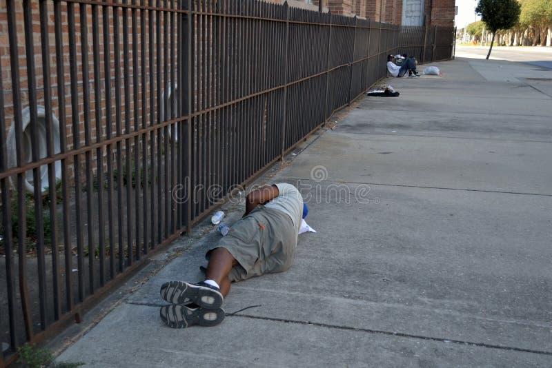 恶习睡觉在城市边路的市内贫民区无家可归者和药物 免版税库存照片