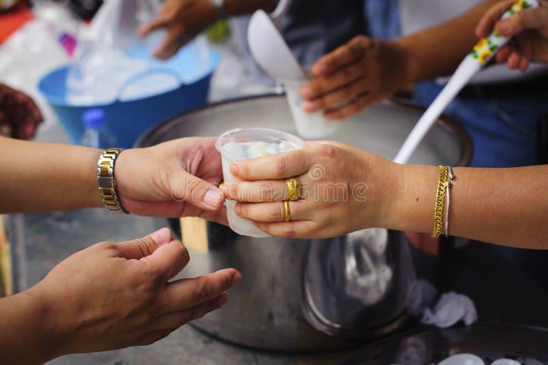 恶劣人分享的社会概念:为免费食物服务的概念对贫寒:免费食物,使用哺养的残羹剩饭饥饿: 图库摄影