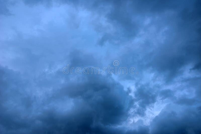 恶劣天气和cramatic黑暗的风雨如磐的云彩 库存照片