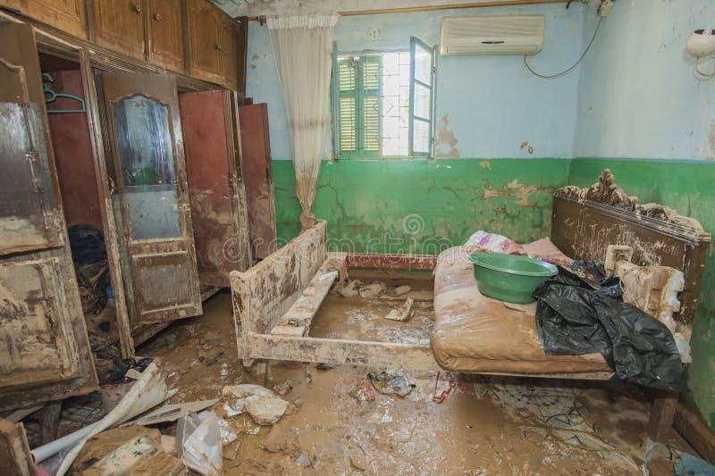 恶劣的非洲房子内部在洪水灾害之后的 库存照片