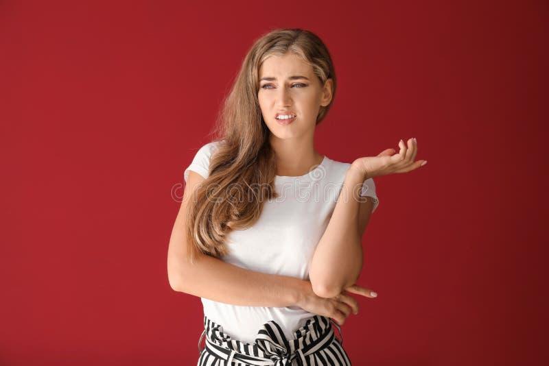 恶心的年轻女人画象颜色背景的 免版税库存图片