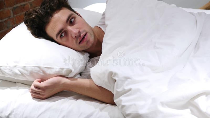 恶梦,睡觉的人由可怕梦想醒 免版税库存图片