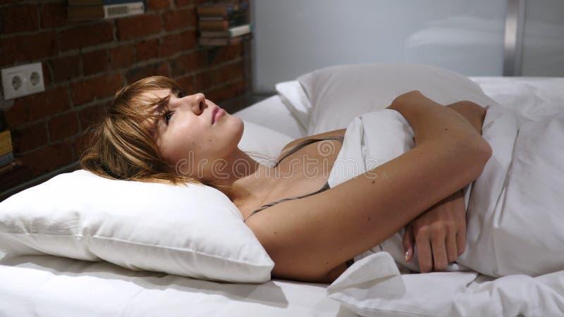 恶梦,睡觉的妇女由可怕梦想醒 库存图片
