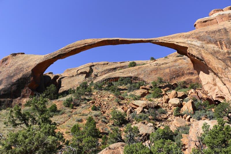 恶魔从事园艺,Canyonlands NP,USALandscape曲拱舒展不大可能的306个英尺& x28;93 meters& x29; 免版税库存照片