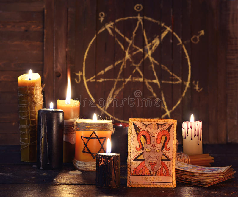 恶魔占卜用的纸牌有蜡烛和五角星形的 图库摄影
