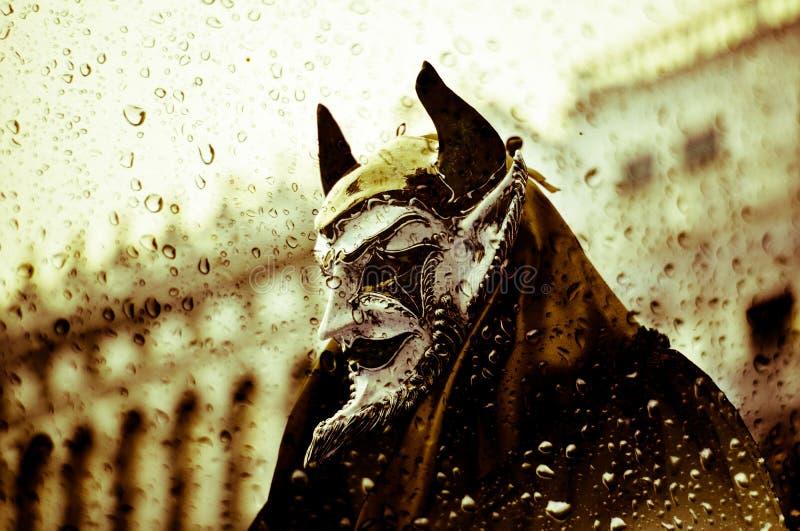 恶魔在雨中一秋天天 免版税库存图片