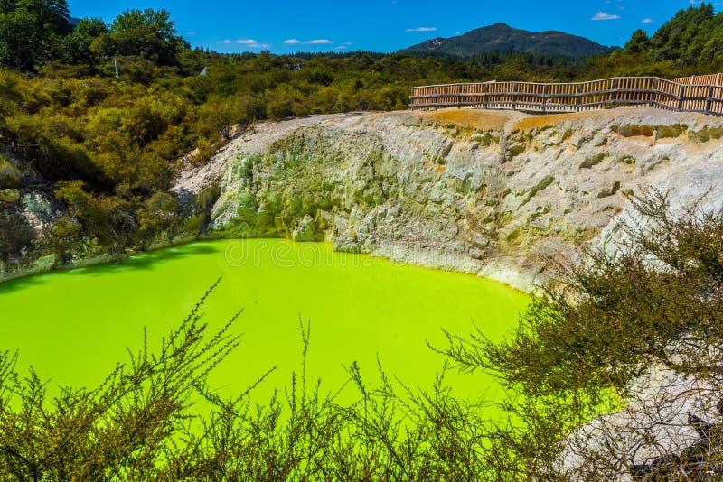 恶魔在Wai-O-Tapu或神圣的水的巴恩水池 库存图片