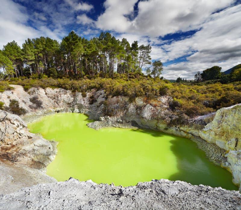 恶魔的巴恩水池, Waiotapu,新西兰 免版税库存照片