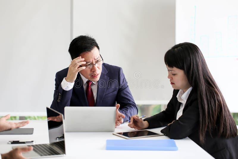 恼怒的不满意的资深商人会见Communicatio的亚洲 免版税库存照片